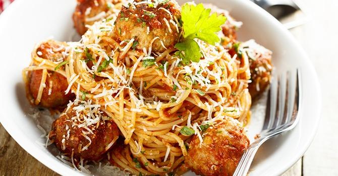Een Gezonde en Nootachtige Draai aan Spaghetti en Gehaktballen