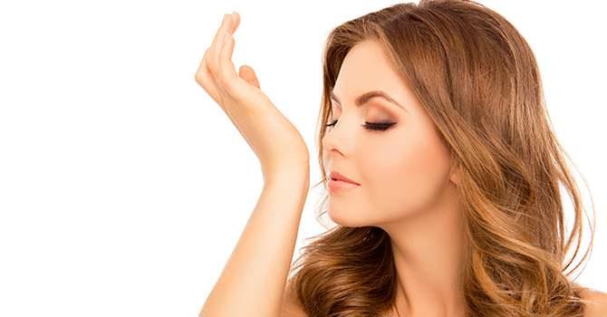 Vrouw die arganolie ruikt aan haar handen